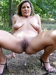 Explosive experienced mom posing totally naked