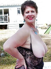 Gorgeous milf posing totally undressed on cam