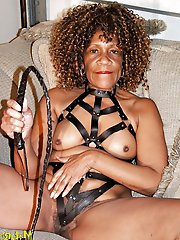 French mature milf posing fully nude