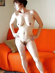 Hottest older strumpet posing nude on picture