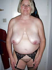 Mature tart playing with her nipples
