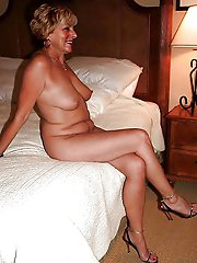 Fresh older MILF in her solo play